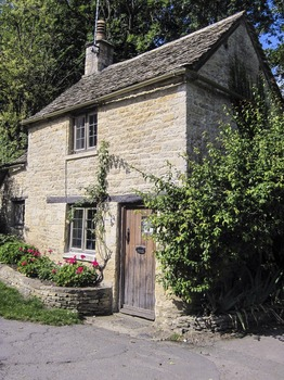 cottage-1526001_1920.jpg
